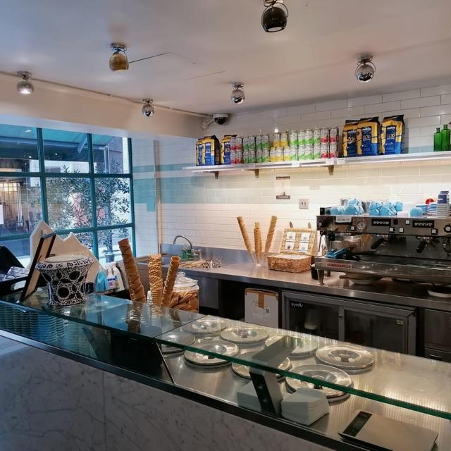 Shop assistant in Gelateria