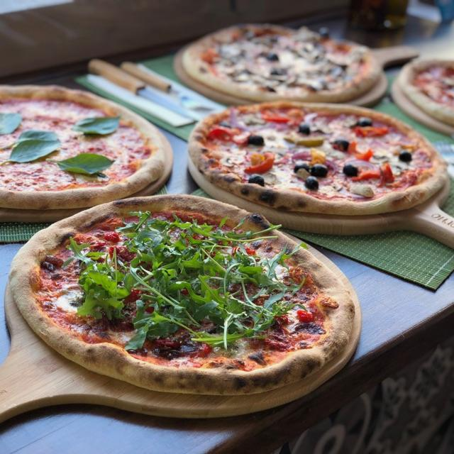 Pizza Chef and Waitresses Required
